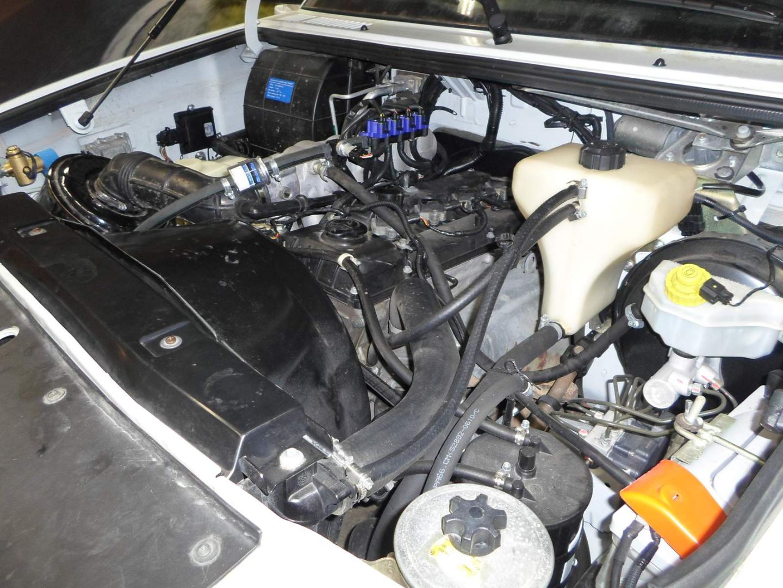 Заправочное устройство установлено в подкапотном пространстве двигателя
