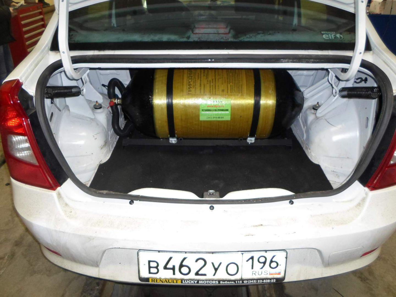 Баллон закреплен на металлическую рамку, которая обеспечивает жесткость его крепления в багажном отделении. Одновременно установленный баллон не припятствует водителю достать запасное колесо