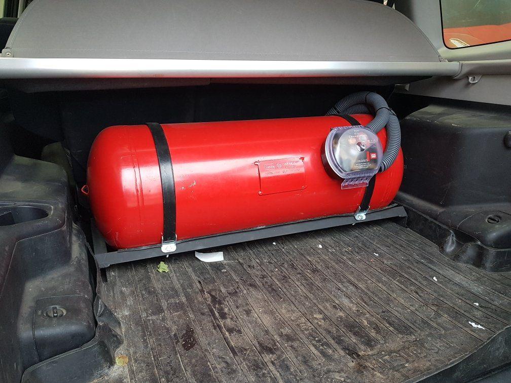 Цилиндрический баллон 90 л (356х1005 мм) с мультиклапаном класса Европа 2, с запорным электроклапаном, пожарным клапаном и электронным датчиком уровня топлива (в багажнике)