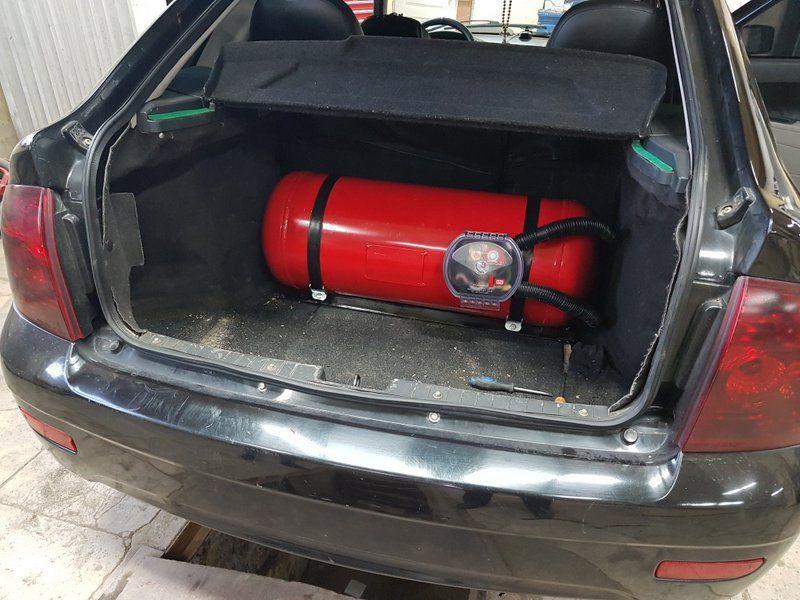 Цилиндрический баллон 60 л (315х870 мм) в багажнике. Такой вариант баллона более оптимальный для этой машины, чем тороидальный баллон 42 л (600х200 мм) - больше топлива и легко достается запасное колесо.
