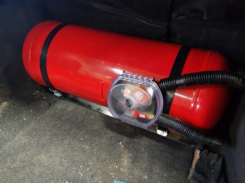 Цилиндрический баллон 60 л (315х870 мм) с мультиклапаном класса Европа 2, с запорным электроклапаном, пожарным клапаном и электронным датчиком уровня топлива  (в багажнике)